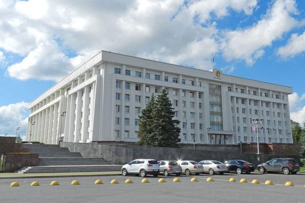Am Regierungspalast der Republik Baschkortostan