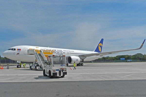 Die Boeing-767 der MIAT in Berlin-Tegel