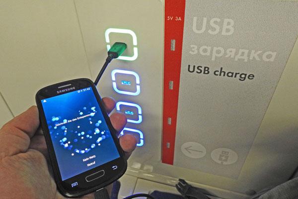 USB-Anschlüsse stehen für schlappe Smartphone-Akkus bereit.