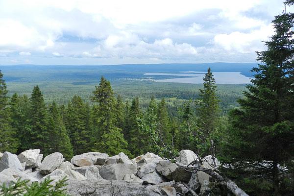 Blick aus knapp 1200 Meter Höhe auf Dorf und See