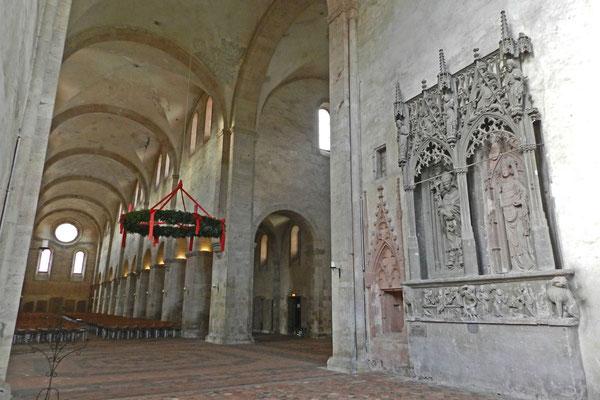 В огромной базилике почти нет украшений.