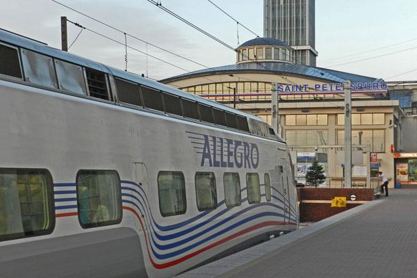 Der Allegro-Schnellzug am Finnländischen Bahnhof in St. Petersburg