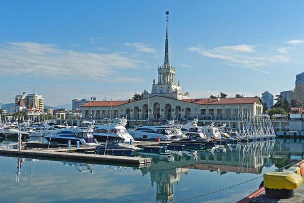 """Der """"Meeresbahnhof"""" von Sotschi stammt aus den 1950-er Jahren."""