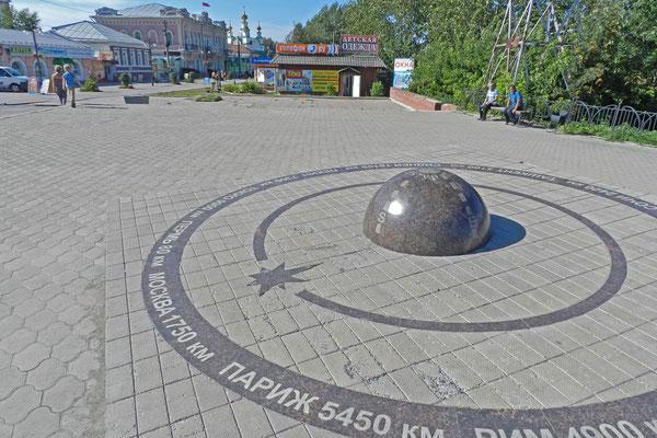 """Im Stadtzentrum von Kungur steht das Denkmal """"Mittelpunkt der Welt""""."""