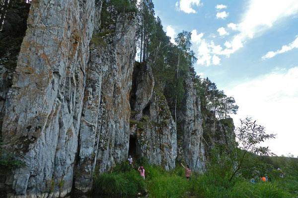 Überall ragen pittoreske Felsen an den Ufern in die Höhe.