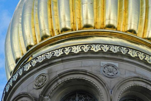 Позолоченные купола видны издалека