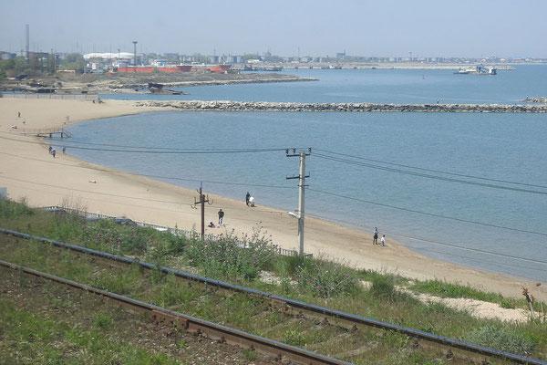 Blick auf den Strand am Kaspischen Meer.
