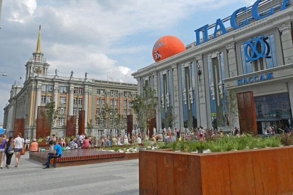 Rathaus aus der Sowjetzeit und moderne Einkaufspassage in Jekaterinburg