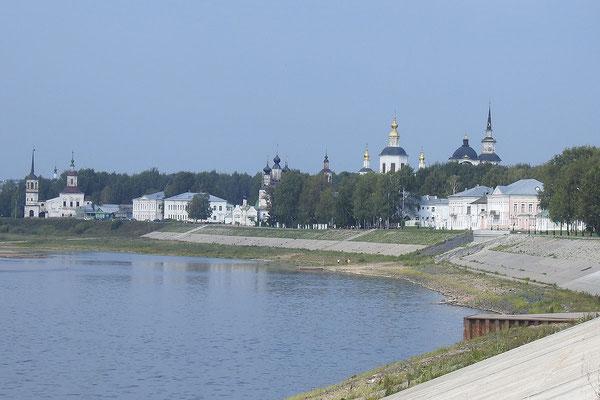 Die historische Uferpromenade von Weliki Ustjug