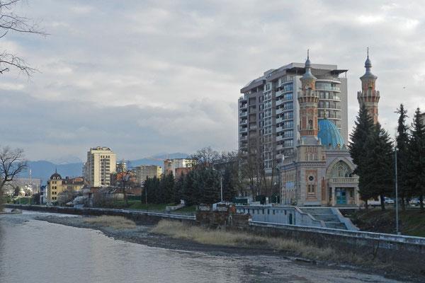 Der Panorama-Blick auf Moschee und Berge wurde durch ein Hochhaus vernichtet.