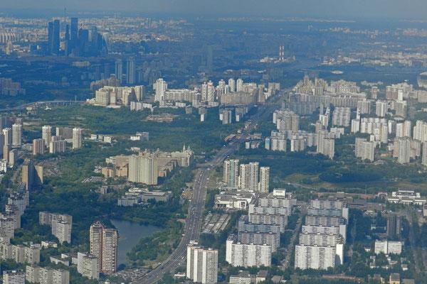 Moskaus Hochhäuser-Meer beim Landeanflug auf Wnukowo