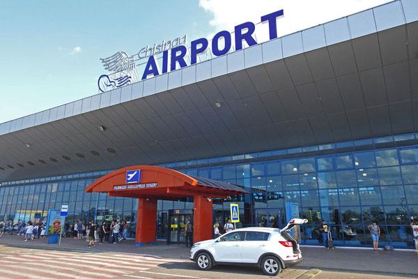 Am modernen kleinen Flughafen von Chisinau