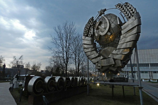 """Ausrangiertes Sowjetwappen im """"Park Museon"""""""
