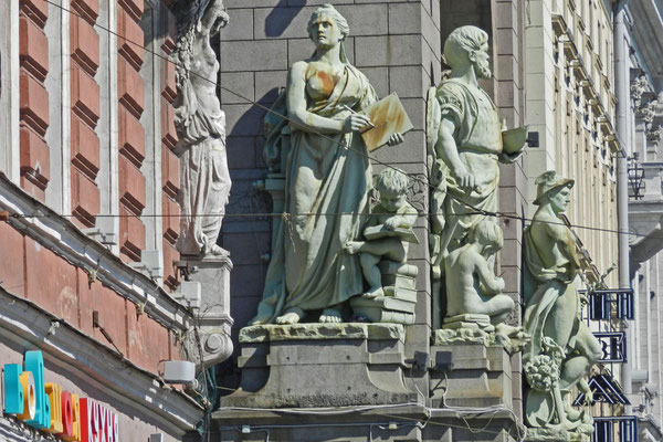 Skulpturen am Jelissejew-Feinkost-Kaufhaus
