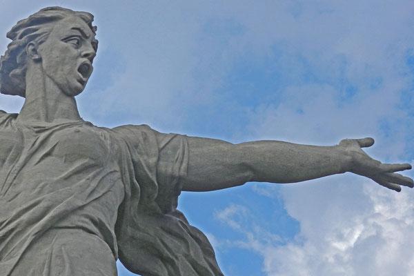 Mutter Heimat ruft mit ausgestrecktem Arm ihre Söhne in die Schlacht