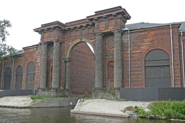 Ein eindrucksvolles Portal markiert die Einfahrt ins Hafenbecken