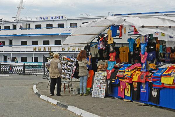 Souvenir-T-Shirts warten am Passagierhafen von Jaroslawl