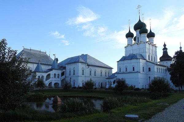 Im Innenhof des Rostower Kremls