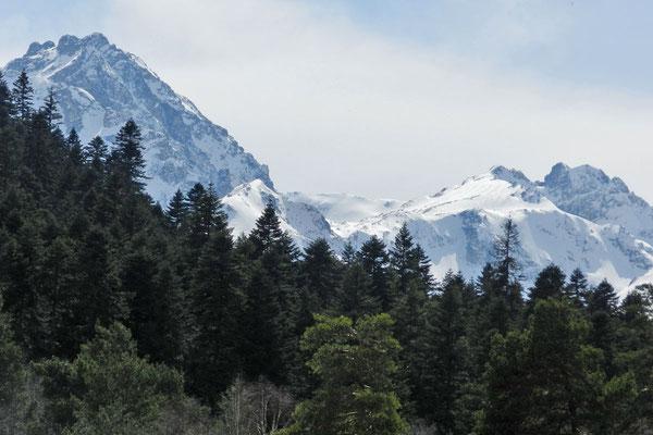 Berge umgeben Archys von allen Seiten.