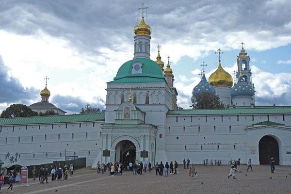 Am Haupttor des Klosters