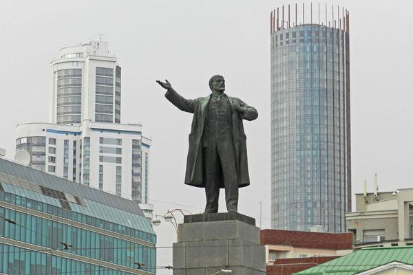 Lenin zwischen neuen Bürohochhäusern in Jekaterinburg
