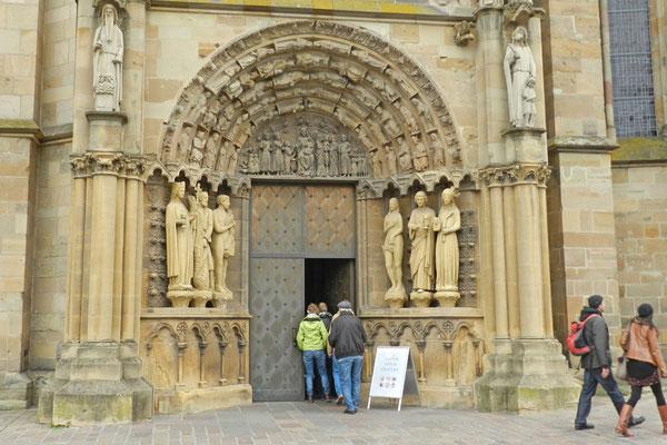 Парадный вход в церковь Богородицы.