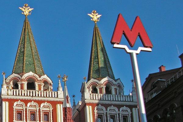 Alle Moskauer Metrostationen sind nachts am leuchtend roten M zu erkennen.