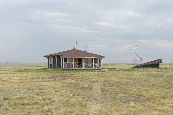Die Ranger leben in einem runden Bungalow mit Panorama-Fenstern.