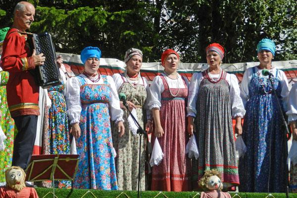 Folklore-Gruppe bei der Eröffnung eines Kunsthandwerk-Marktes
