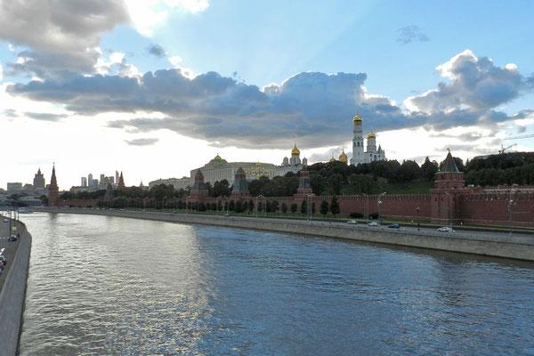 Kreml-Panorama vom anderen Moskwa-Ufer