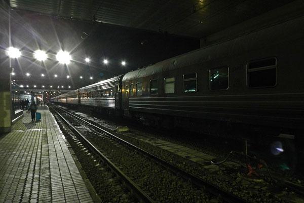 Nachts auf dem Hauptbahnhof von Rostow am Don