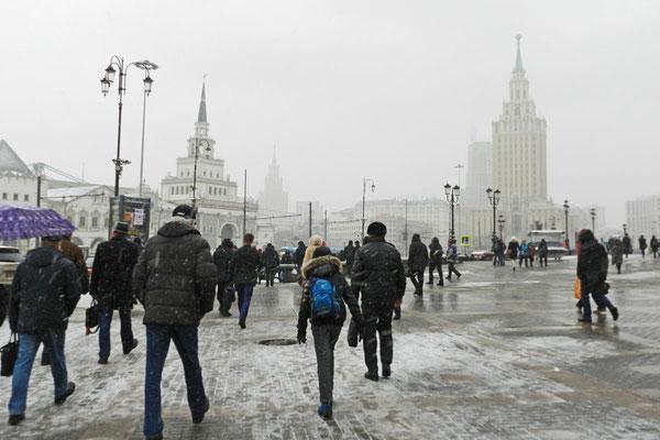 Morgens am Platz der drei Bahnhöfe in Moskau