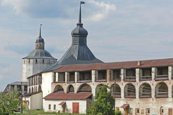 Blick auf die Wehrtürme des Kirillo-Beloserski-Klosters