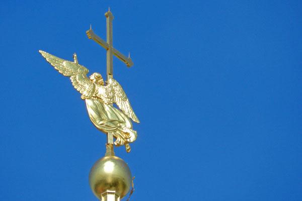 Der schlanke Glockenturm wird von einem goldenen Engel gekrönt