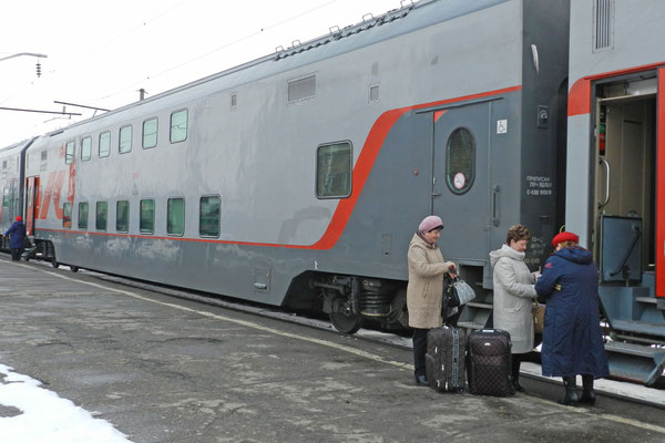 Auf der Strecke Moskau-Kislowodsk verkehrt ein Doppelstock-Schlafwagenzug.