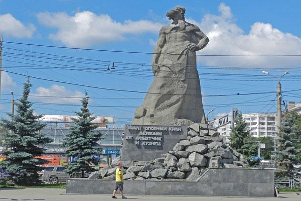 Monument am Bahnhofsplatz von Tscheljabinsk: Die Legende vom Ural