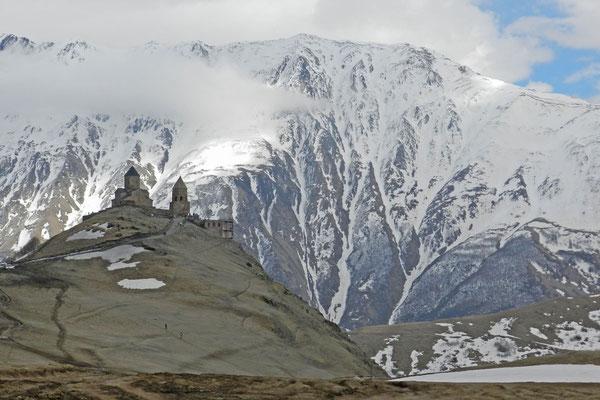 Die Kirche auf einem knapp 2.200 Meter hohen Berg ist ein Symbol Georgiens.