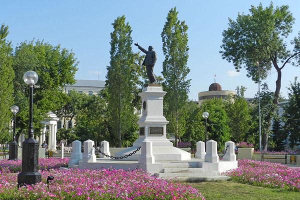 Lenin darf weiter vom Denkmalssockel grüßen.