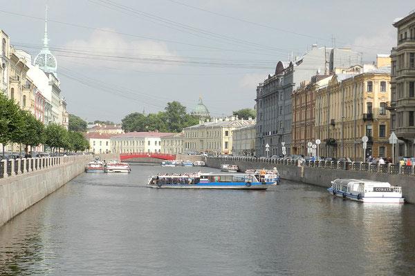 Schiffsverkehr vor der Roten Brücke