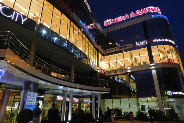 Modernes Einkaufszentrum am Hafen