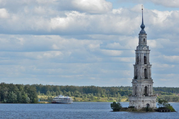 Die Nikolaus-Kathedrale von Kaljasin versank bis auf den Glockenturm in der Wolga