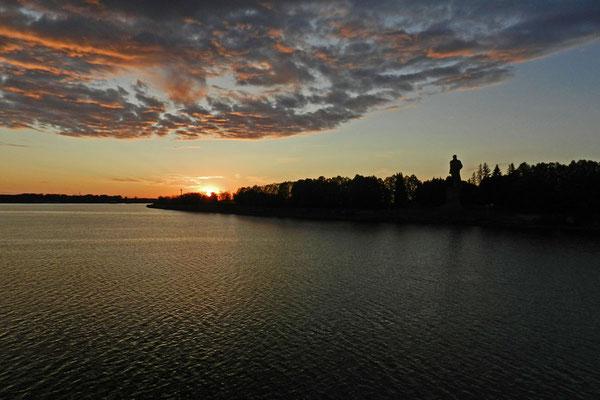 Sonnenuntergang an der Einfahrt zum Moskau-Wolga-Kanal