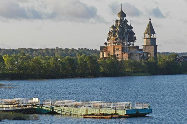 Blick auf die Kischi-Holzkirchen vom Anleger der Kreuzfahrtschiffe