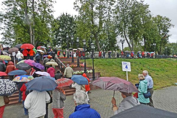 Landgang mit Regenschirm in Uglitsch