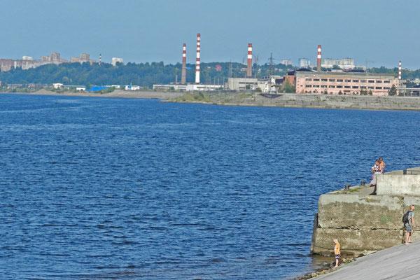 Am Kama-Ufer fällt der Blick auf die Industriegebiete im Osten der Stadt.