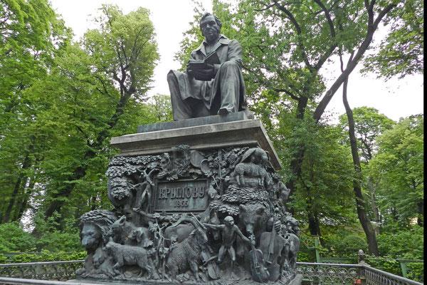 Ein kunstvolles Denkmal erinnert an Fabeldichter Krylow.