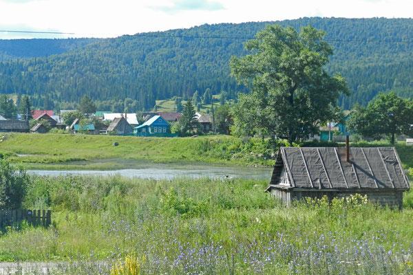Eine kleine Siedlung an der Bahnstrecke durch den Ural