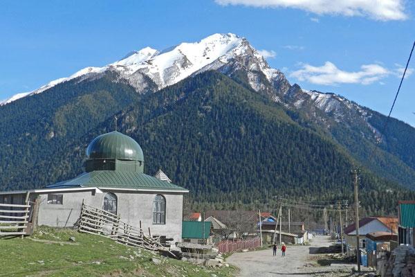 Am Dorfrand wird eine kleine Moschee gebaut.