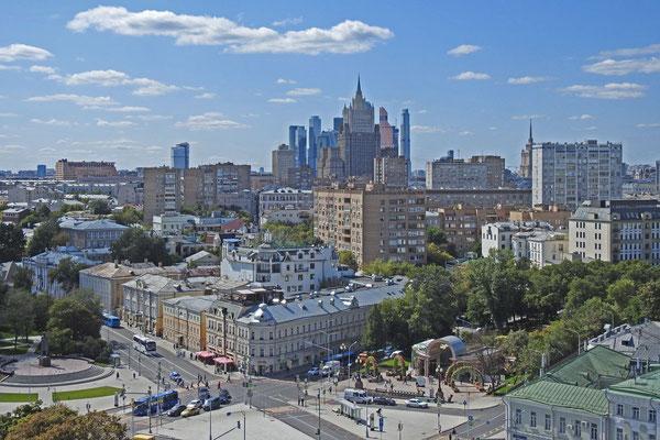 Blick auf das russische Außenministerium und die Moskau-City