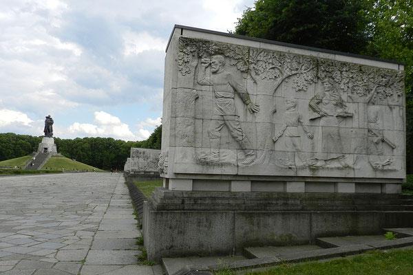 Reliefs zeigen das friedliche Leben und die Folgen des Krieges